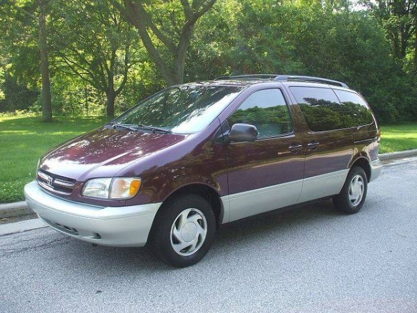 1998 Toyota Sienna in West Allis, WI