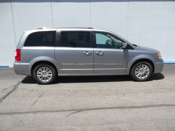 2016 Chrysler Town & Country in Topeka, KS